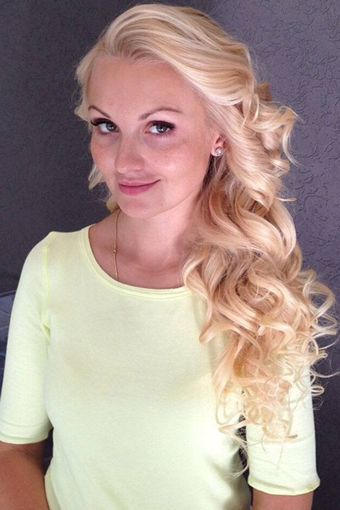 Flared Layers And Sweeping Bangs On Golden Blonde Hair #sweepinghair #curlyhairstyles