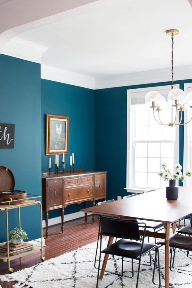 Retro Dining Room With Bright Wall Color #retrodinningroom #retrostyle