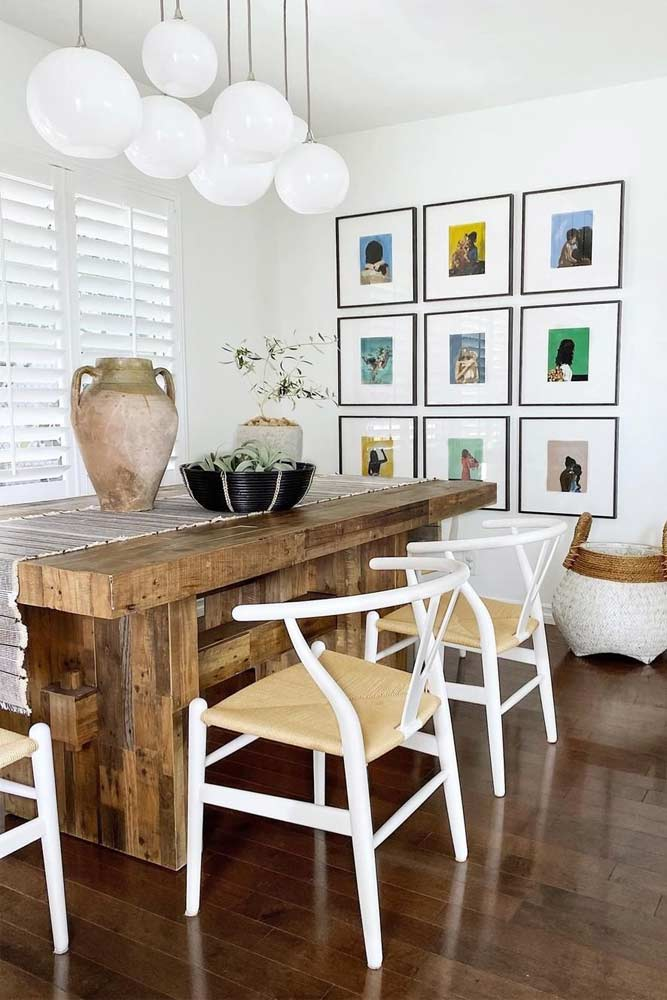 Traditional Dining Table Set With Bright Pictures Wall Décor #walldecor #pictures