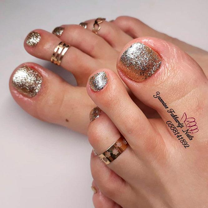 Easy Gold Glitter Nail Design #glitternails #goldnails