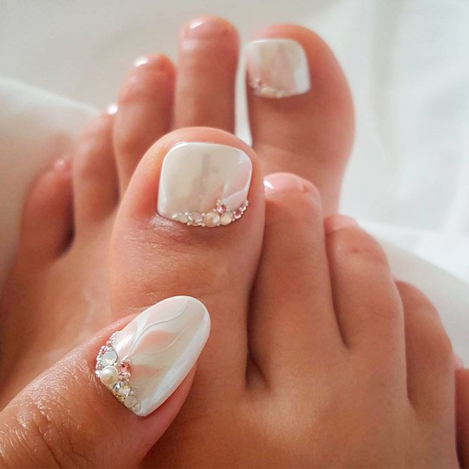 Pearly Nail Design #pearlynails #rhinestonesnails