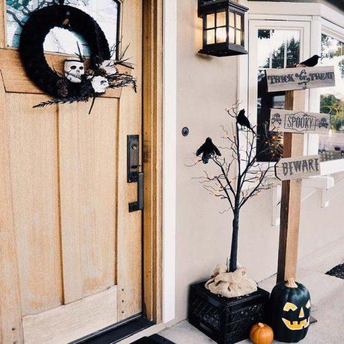 Skull Wreath, Pumpkins And Ravents For Spooky Decor Idea #frontporch #tricktreats #beware