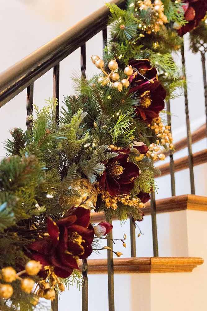 Christmas Flowers Garland Design #flowers #goldberries
