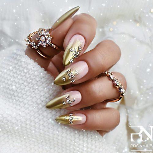 Festive Gold Ombre Nail Design #goldnails #festivenails #ombrenails