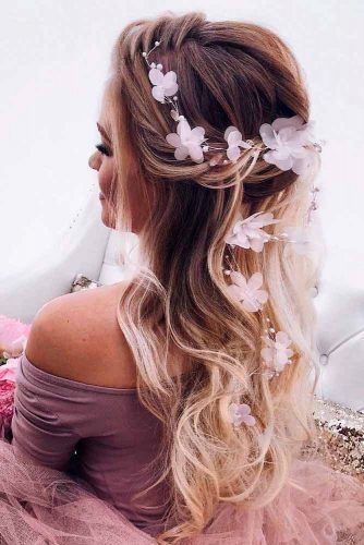 Twisted Half-Updo Prom Hairstyles With Flowers #twistedhairstyle #wavyhair