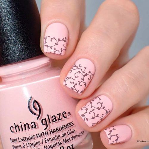 Short Nude Nails With Floral Pattern #shortnails #nudenails