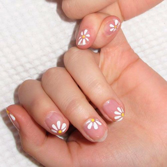 Daisies On Nagative Space Base #transparentnails #flowersnails