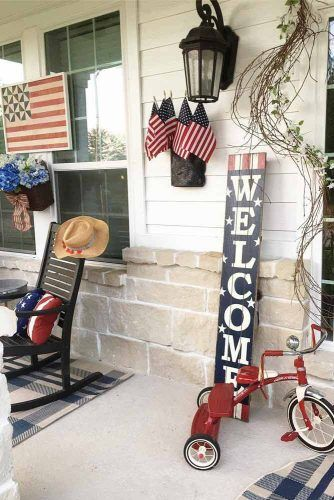 Front Porch Labor Day Decorations #outdoordecorations