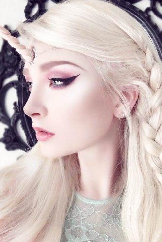 Soft Unicorn Makeup #blackeyeliner #paleskin