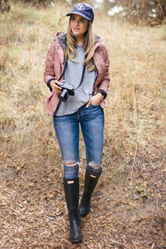 Ripped Jeans with Rain Boots Outfit Idea