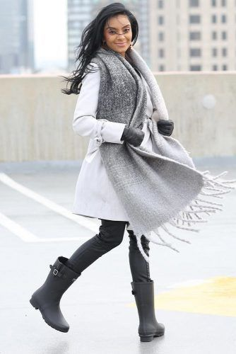 Gray Coat With Scarf Outfit Idea #graycoat #scarf