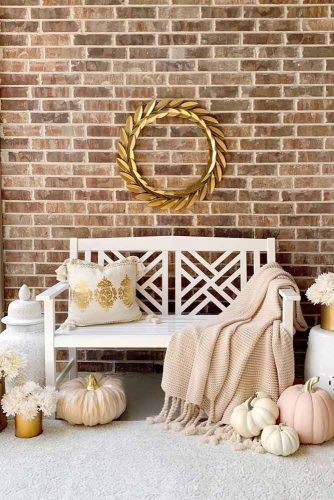 Thanksgiving Entryway Decoration With Metallic Wreath #wreath #pumpkins