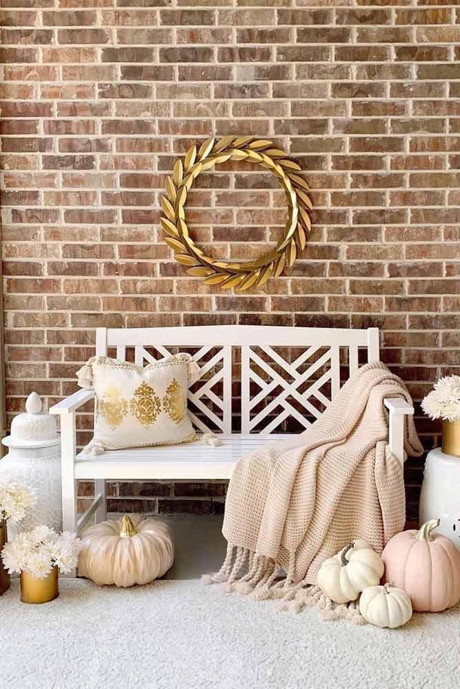 Thanksgiving Entryway Decoration With Metallic Wreath #wreath #pumpkins