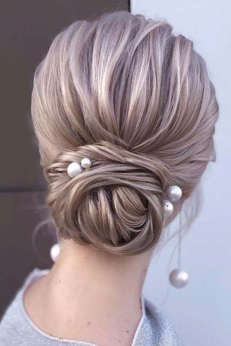 Simple Chignon With Pearls Hairpins #simplehairstyles #easyhairstyles