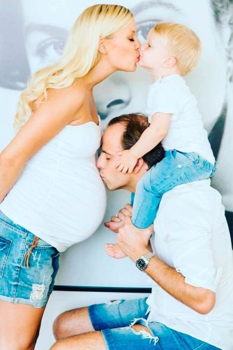 When Mom Is Waiting For The Baby #pregnantphotosession #kiss