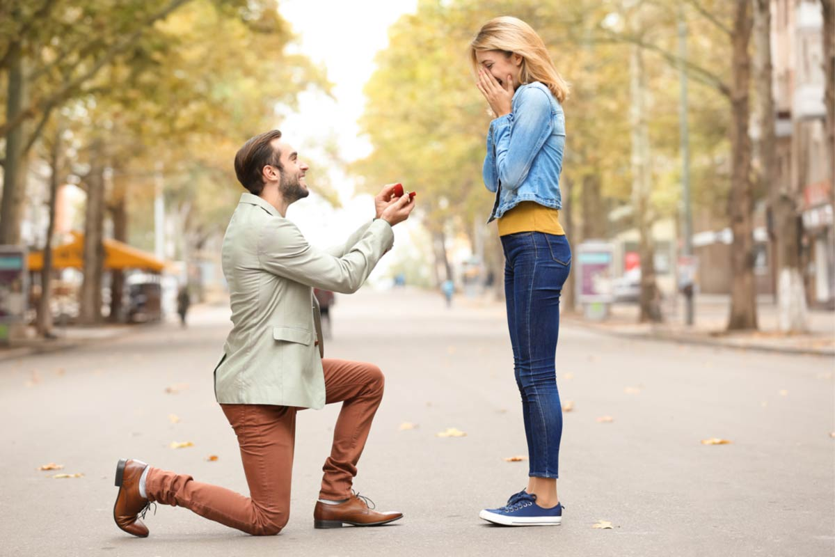 Best Engagement Photo Poses To Show Off Your Happiness