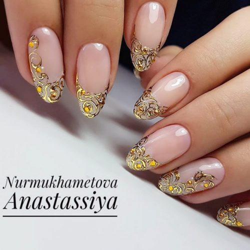 Luxury Nails Decorated With Intricate Gold Pattern #nudenails #goldnails #ovalnails