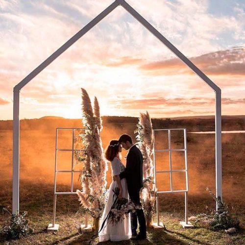 A Simple Bold Frame #modernweddingarchway #simpleweddingarch