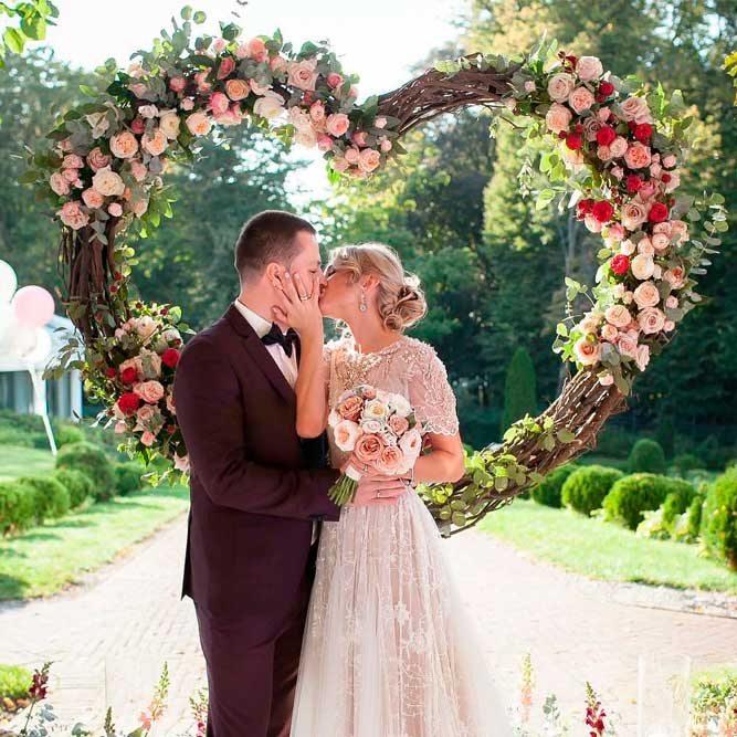 Willow Branch Wedding Arch With Roses #floralweddingarchs @outdoorweddingarchway #branchweddingarch