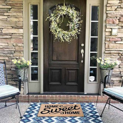 Summer Front Porch Décor With Layered Rug And Simple Flowers #flowers #pots