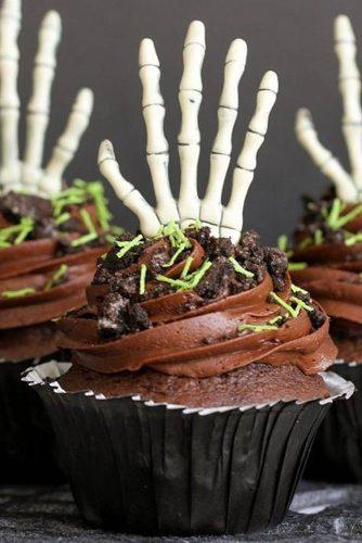 Creepy Skeleton Hand Cupcakes #hand #skeleton
