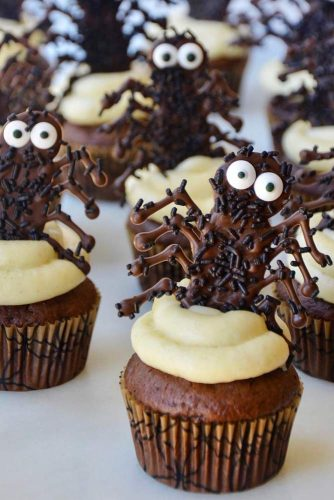 Easy Halloween Cupcakes With Chocolate Spiders #spiders #chocolate