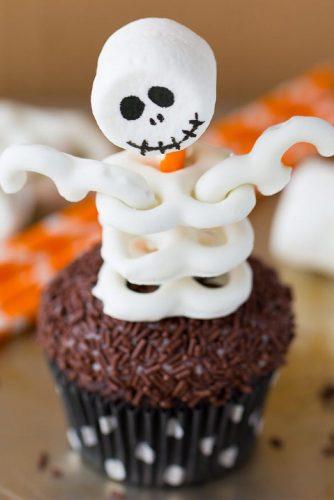 Adorably Spooky Skeleton Cupcakes #skeleton