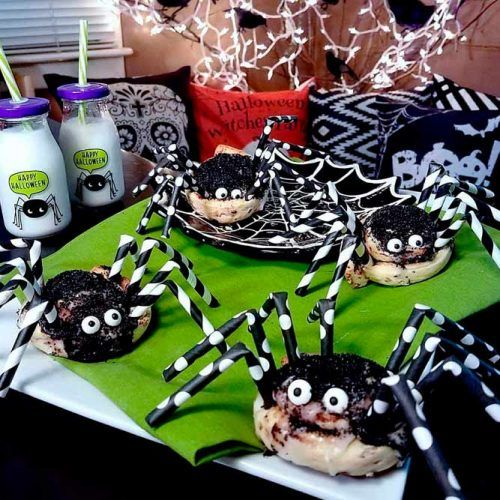 Spooky Cinnamon Roll Spider Snacks #food #party #halloween
