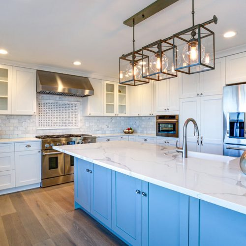 White Kitchen Cabinets With Contrasting Colors #homedecor #stylishhome #classickitchen