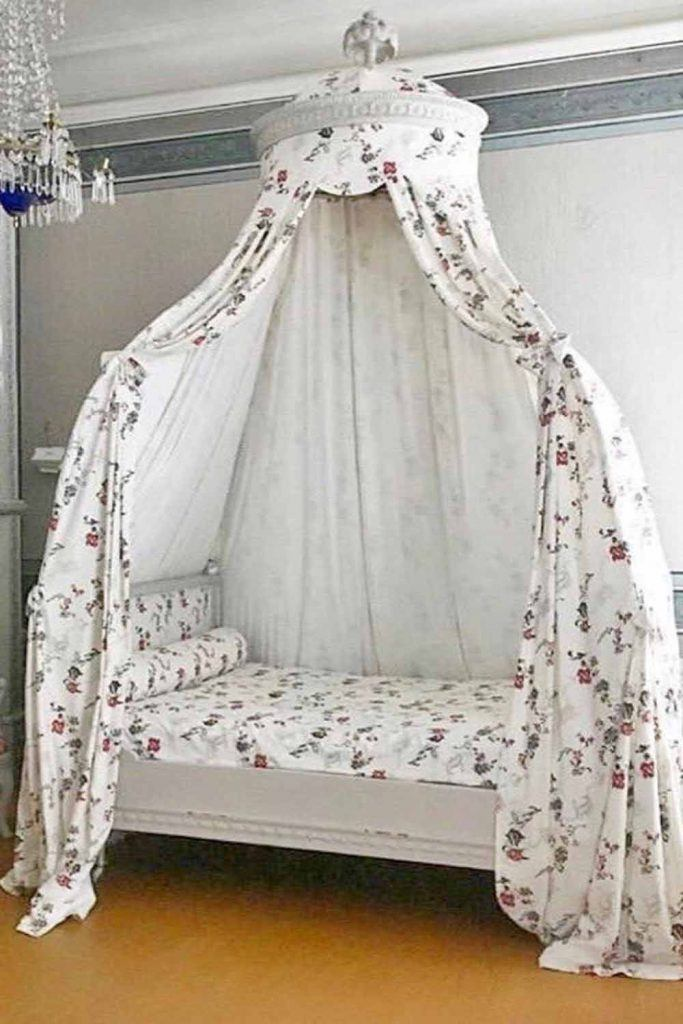 Vintage Bedroom Design With Floral Canopy Bed #floralcanopy