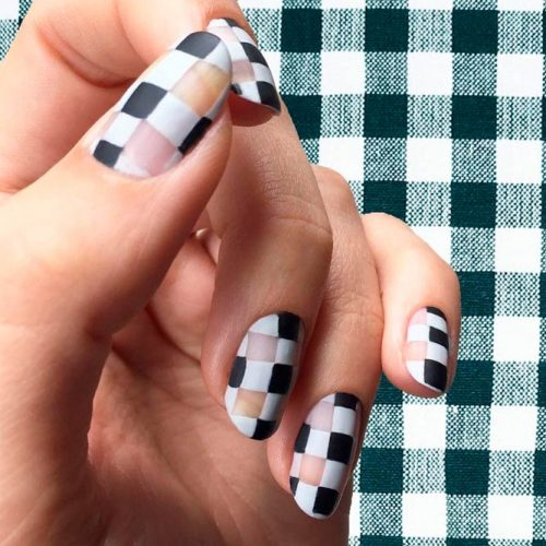 Stunning Black Gingham Nails With Negative Space #naturalnails #negativespacenails #roundednails