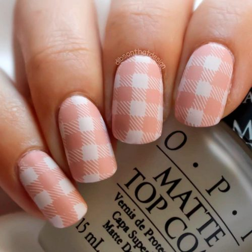 Elegant Looking Gingham Nail Art Design In Nude Colors #nudenails #shortnails