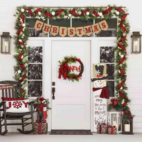Front Porch Décor In Plaid Pattern #plaid #wreath #garland