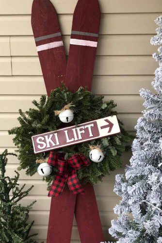 Vintage Skis With Holiday Decor #skis #vintagedecorations