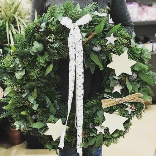 Simple Christmas Wreath Design #wreath #stars