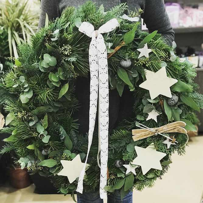 Simple Christmas Wreath Design #wreath #stars
