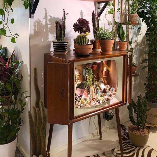 Old television Plant Stand #oldtelevision #retroplantstand