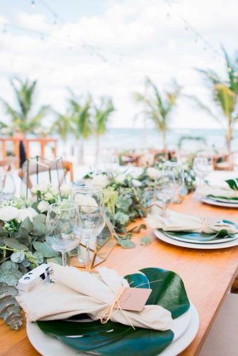 Napkins And Plates With Tropic Elements #tropicwedding #weddingdecor