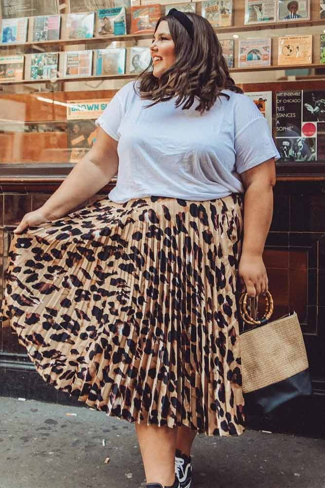 Midi Leopard Plus Size Skirt With White T-Shirt Outfit #leopardskirt #plussize