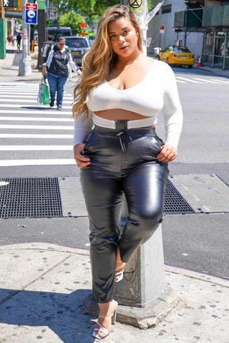 A Leather Pants With A White Top Outfit #whitetop #leatherleggings
