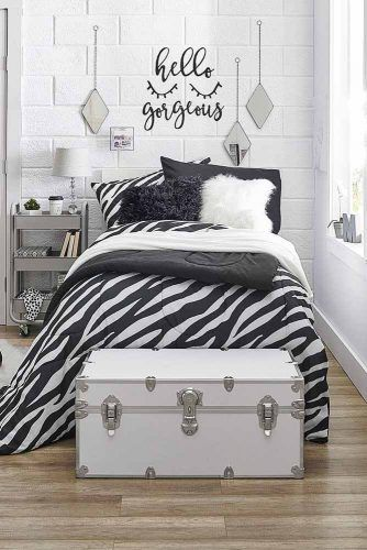 Black And White Colors For Dorm Room Decor #blackandwhite #pillowsdecor