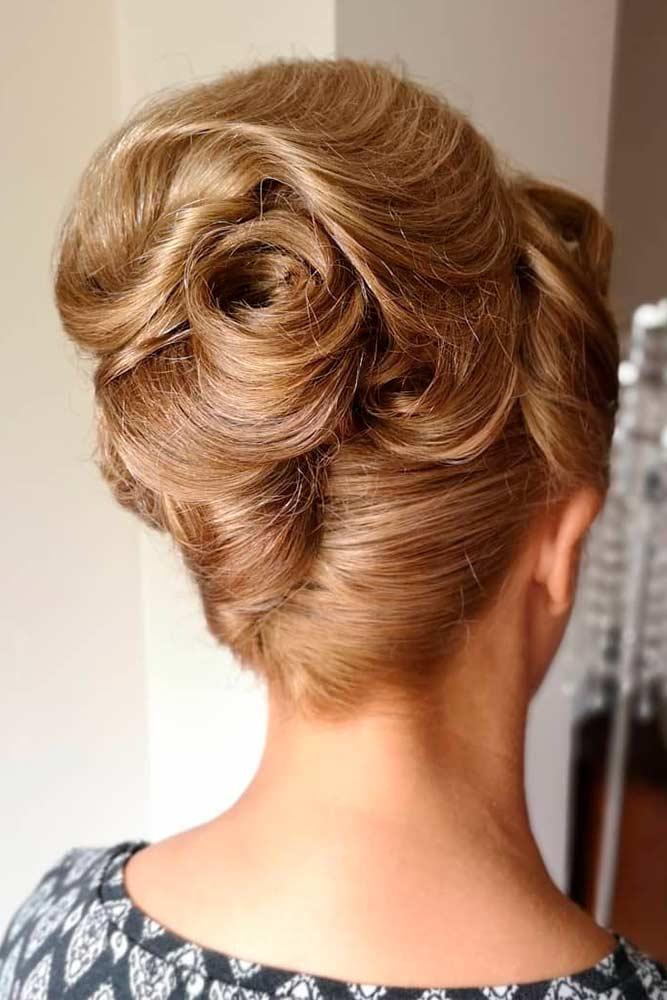 Curly Beehive Hairstyles #curlyhairstyles #dirtyblondehair
