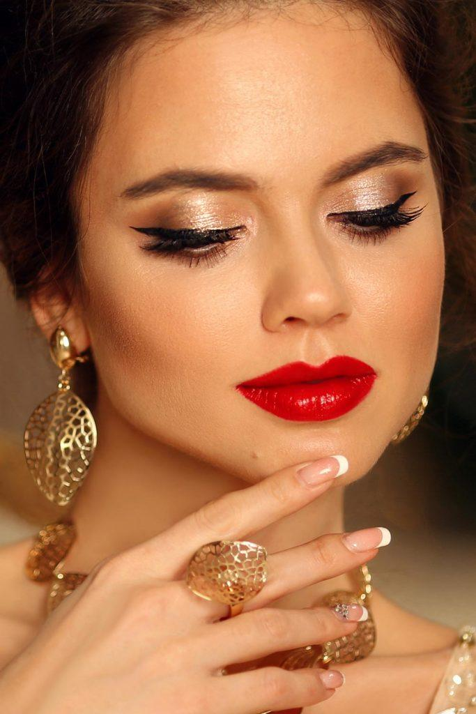 Prom Makeup with Eyeliner and Red Lips
