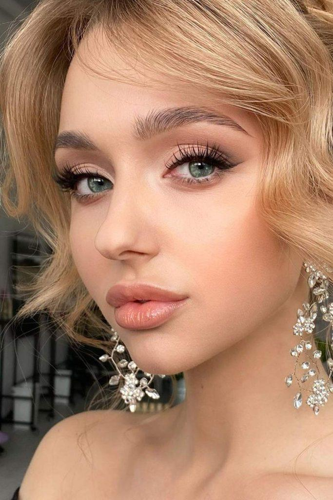 Homecoming Makeup with Eyeliner and Nude Lips